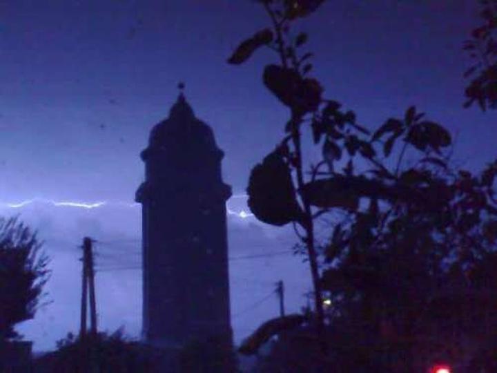 Wieża ciśnień podczas burzy, stare zdjęcia -