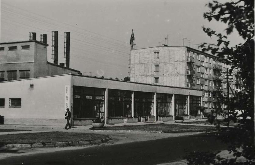 Oś. M. Nowotki (Zamkowe) Pawilon handlowo-usługowy, za nim kotłownia, obok blok..., stare zdjęcia -