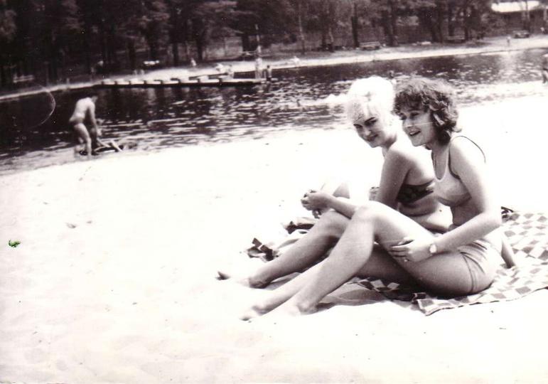 Ostrzeszowski basen w 1966 roku. Na zdjęciu Elżbieta Kempa Guastallo i Krystyna ..., stare zdjęcia -