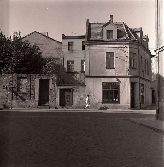 Początek lat siedemdziesiątych, widok z ulicy Kaliskiej na kamienice, które zbur..., stare zdjęcia -