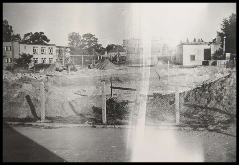 W roku 1970 Fabryka Urządzeń Mechanicznych rozpoczęła budowę dwóch bloków mieszk..., stare zdjęcia -