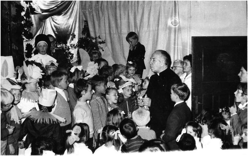 Rok ok. 1973, salka katechetyczna przy Farze. Prawdopodobnie jakieś przedstawien..., stare zdjęcia -