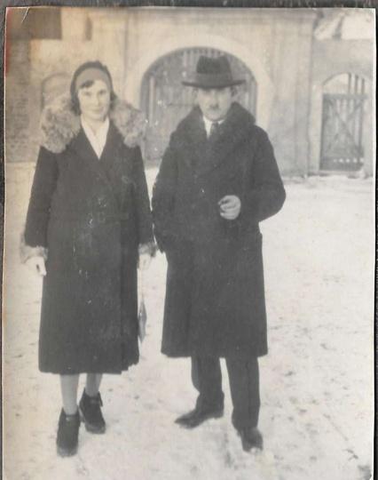 Lata trzydzieste, przed bramą do klasztoru stoją: Julianna i Stanisław Manikowsc..., stare zdjęcia -
