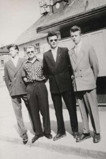 Lata pięćdziesiąte, ostrzeszowski rynek, stoją od lewej: Hanryk Czwordon, Zenon ..., stare zdjęcia -