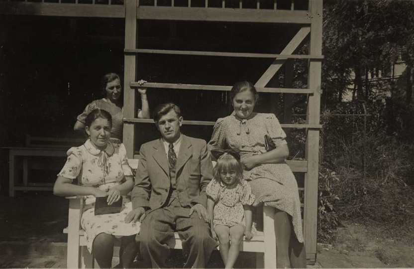 Park miejski w Ostrzeszowie, lata pięćdziesiąte. Na ławce, otoczony wianuszkiem ..., stare zdjęcia -