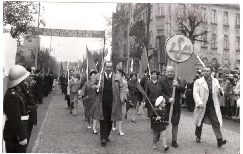 Początek lat siedemdziesiątych, pochód pierwszomajowy. Trybunę honorową na ulicy..., stare zdjęcia -