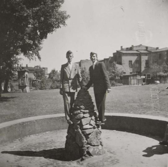 Lata pięćdziesiąte, kamienna fontanna na placu zabaw im. ks. Arcybiskupa Walente..., stare zdjęcia -