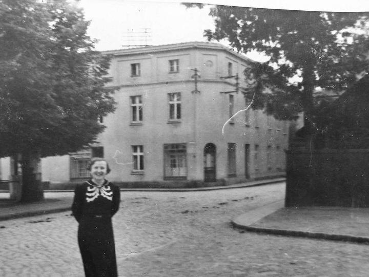 Ulica Sienkiewicza, lata trzydzieste. Do zdjęcia uśmiecha się Anna Bacik ciocia ..., stare zdjęcia -