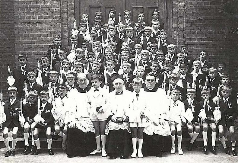 """I Komunia Święta. Chłopcy z rocznika 1957, przed wejściem do kościoła """"Chrystusa..., stare zdjęcia -"""