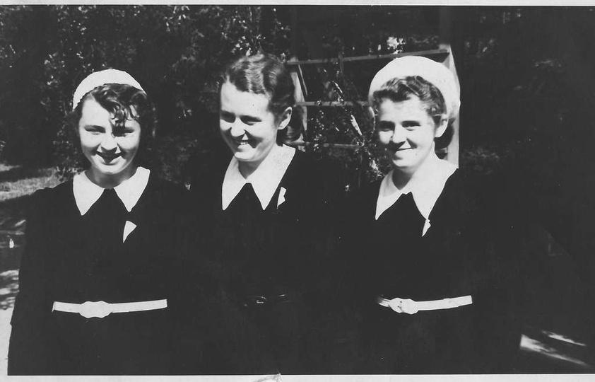 Siostry Kuśnierczykówny w parku na tle drewnianego pawilonu. Koniec lat trzydzie..., stare zdjęcia -