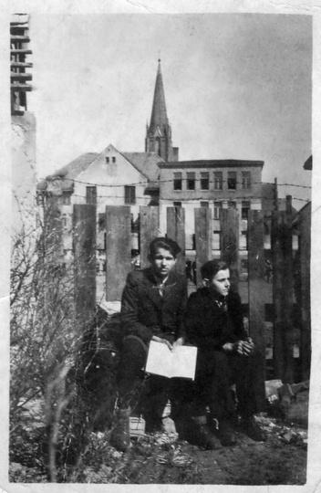 Koniec lat czterdziestych, budynek gimnazjum salezjańskiego (obecnie LO), ogląda..., stare zdjęcia -