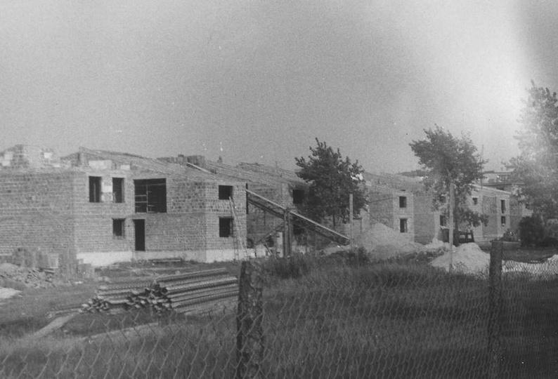 Jesień 1979 rok, budowa szeregowych domów tzw. milionówek przy ulicy Piastowskie..., stare zdjęcia -