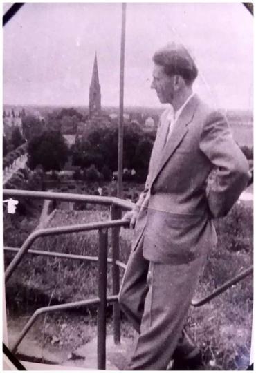 Widok z ostrzeszowskiej baszty, o barierki opiera się Alfons Guzenda. Ciekawe są..., stare zdjęcia -