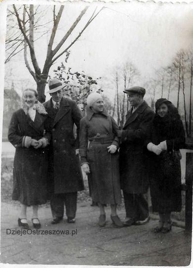 Rok 1934. Klasztorne alejki, mostek nad Strzegową. Pierwsza z lewej Helena Flude..., stare zdjęcia -