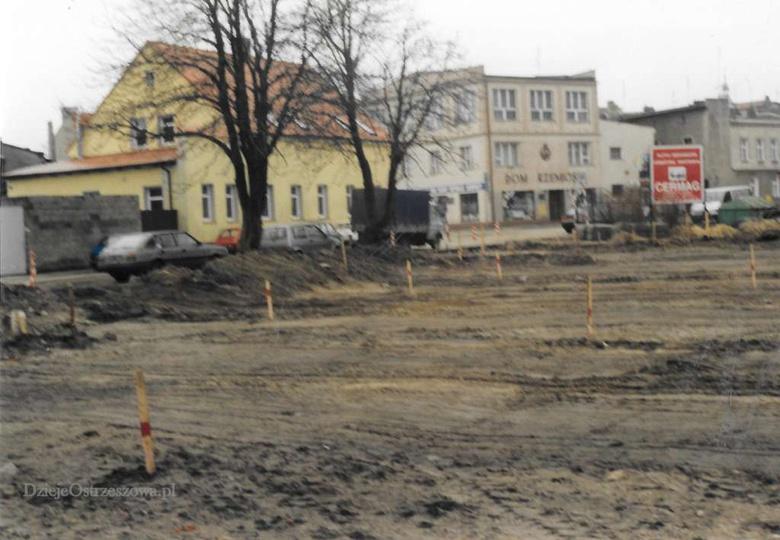 Budowa parkingu przy ulicy Kaliskiej. Rok 2000., stare zdjęcia -
