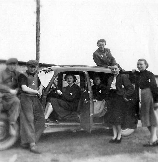 Rok ok. 1955, za kierownicą siedzi Wanda Sufryd, obok stoi Stanisława Plewińska ..., stare zdjęcia -