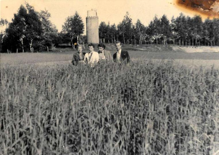 Połowa lat czterdziestych, w tyle widoczna trzecia z ostrzeszowskich wież ciśnie..., stare zdjęcia -