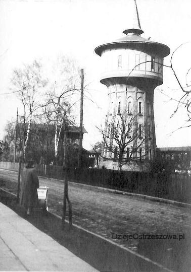 Lata pięćdziesiąte, kolejowa wieża ciśnień przy ulicy Dworcowej. Wieża została z..., stare zdjęcia -