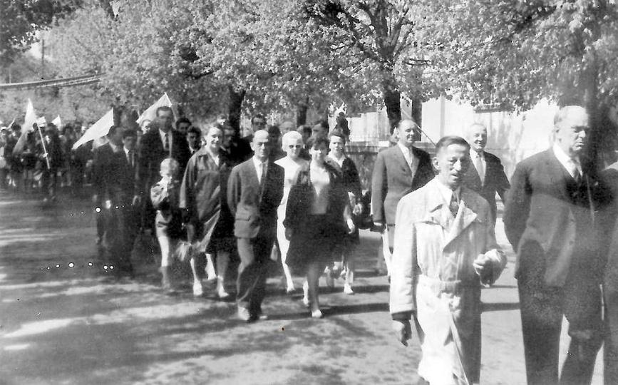 Lata 60-te(?), pochód pierwszomajowy maszeruje ulicą Tadeusza Kościuszki. Pracow..., stare zdjęcia -