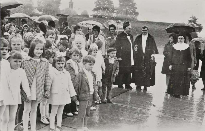 22.05.1974 rok, przedszkolaki z Ostrzeszowa na pielgrzymce w Częstochowie, stare zdjęcia -