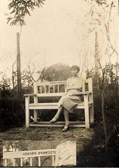 Na ławeczce w parku (przełom lat 20 i 30-tych). Właścicielem tych ławek, jak ws..., stare zdjęcia -