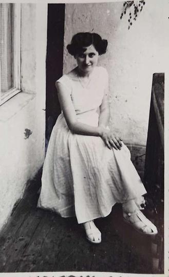 Rok 1958. Marianna Andrzejewska na balkonie kamienicy (wówczas własność P. Łakom..., stare zdjęcia -