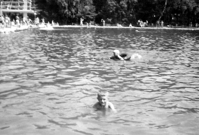 Ostrzeszowski basen, lata pięćdziesiąte. Bohater drugiego planu płynie na dętce ..., stare zdjęcia -