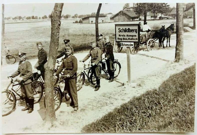 Żołnierze  niemieccy na rogatce Ostrzeszowa. Okres okupacji.  Zdjecie ze zbio..., stare zdjęcia -