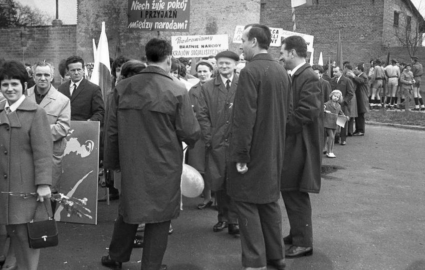 1 maja 1972 roku. Na dziedzińcu Szkoły Podstawowej nr 2 do wymarszu szykują się ..., stare zdjęcia -