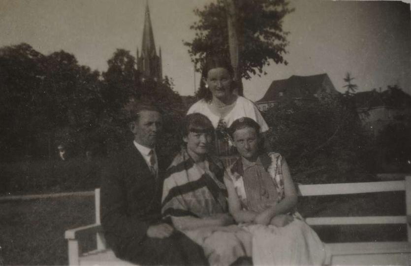Na ławeczce w parku, lata trzydzieste. W środku siedzi Zofia Wasiółka, stoi Hele..., stare zdjęcia -