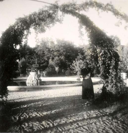Park Miejski im. Kosynierów, lata trzydzieste. Przy wejściu stoi Helena Fluderów..., stare zdjęcia -