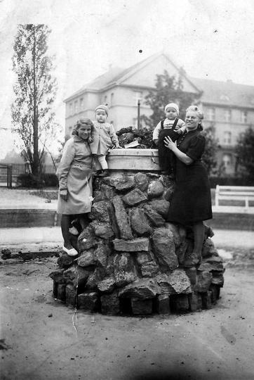 Fontanna w parku miejskim w tyle widoczna SP Nr 2. Młoda dziewczyna z lewej stro..., stare zdjęcia -