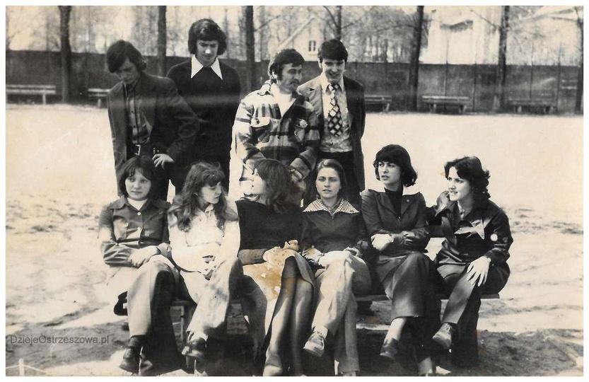 Liceum Ogólnokształcące w Ostrzeszowie. rok 1975, klasa IV. Siedzą od lewej: Ma..., stare zdjęcia -