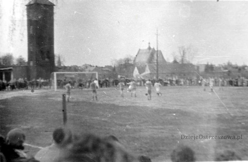 Lata 50-60-te. Mecz piłkarski na boisku przy gazowni, widoczna drewniana, trzyko..., stare zdjęcia -