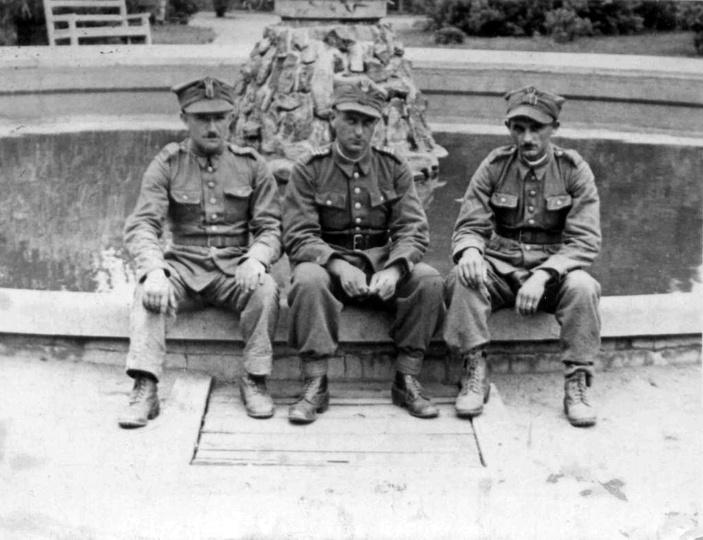 Żołnierze Ostrzeszowskiego Batalionu Obrony Narodowej odpoczywają w parku przy f..., stare zdjęcia -