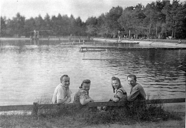 Na basenie w Ostrzeszowie, sierpień 1949 rok, od lewej: Władysław i Anna Malscy...., stare zdjęcia -