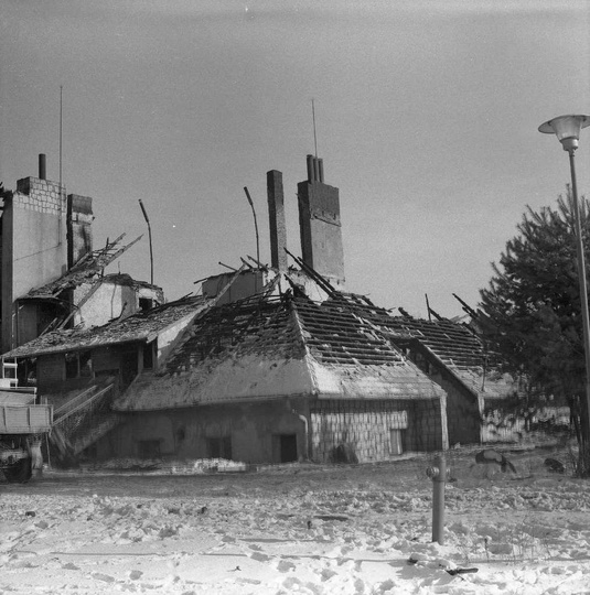 """Zajazd """"Siodło"""" po pożarze w styczniu 1981 roku., stare zdjęcia -"""