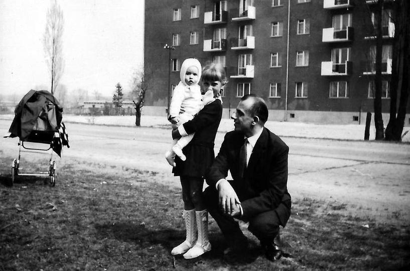 """Rok ok. 1968, ostrzeszowską """"autostradą"""" spaceruje rodzina państwa Jasiaków. Dob..., stare zdjęcia -"""