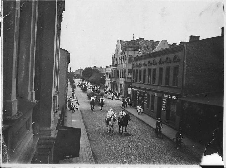 Jadą goście, jadą... 12.09.1933 rok, ulicą Kolejową jadą goście dożynkowi. Po ..., stare zdjęcia -