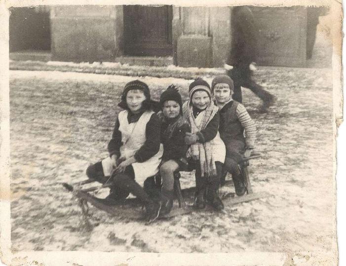 Lata trzydzieste. Przed kamienicą na ulicy Targowej, w której mieściła się Fabry..., stare zdjęcia -