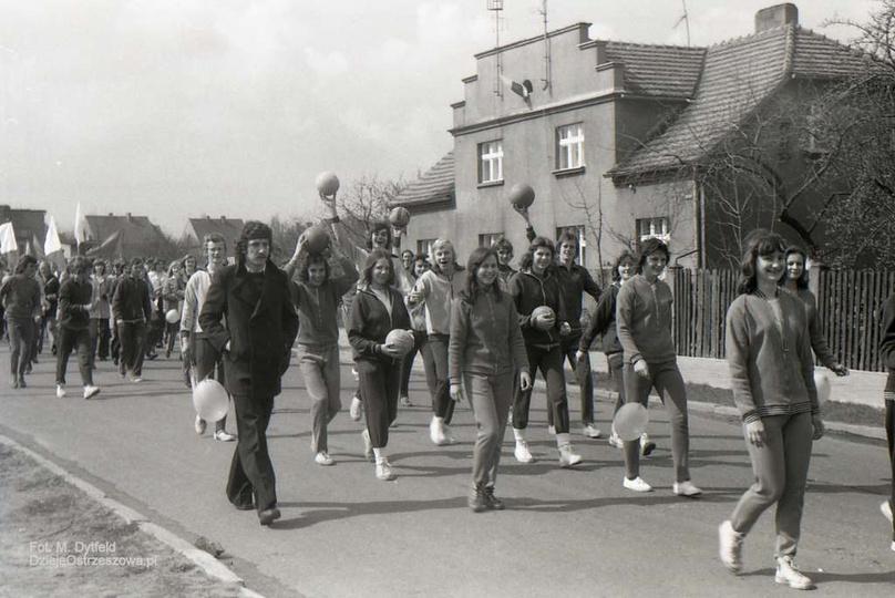Fabryka Urządzeń Mechanicznych w Ostrzeszowie. 1 maja 1976 rok, ulica Łąkowa (p..., stare zdjęcia -