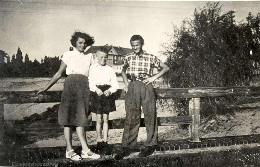 Rok 1952, mostek nad tunelem, przez który przejeżdżała kolejka wąskotorowa trans..., stare zdjęcia -