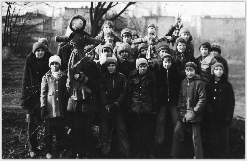 Pierwszy dzień wiosny 1982 r., klasa VII b ze Szkoły Podstawowej nr 1. Alejki za..., stare zdjęcia -