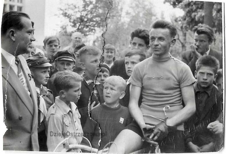 Rok 1958, wyścig kolarski z okazji pierwszomajowego święta. W otoczeniu kibiców ..., stare zdjęcia -