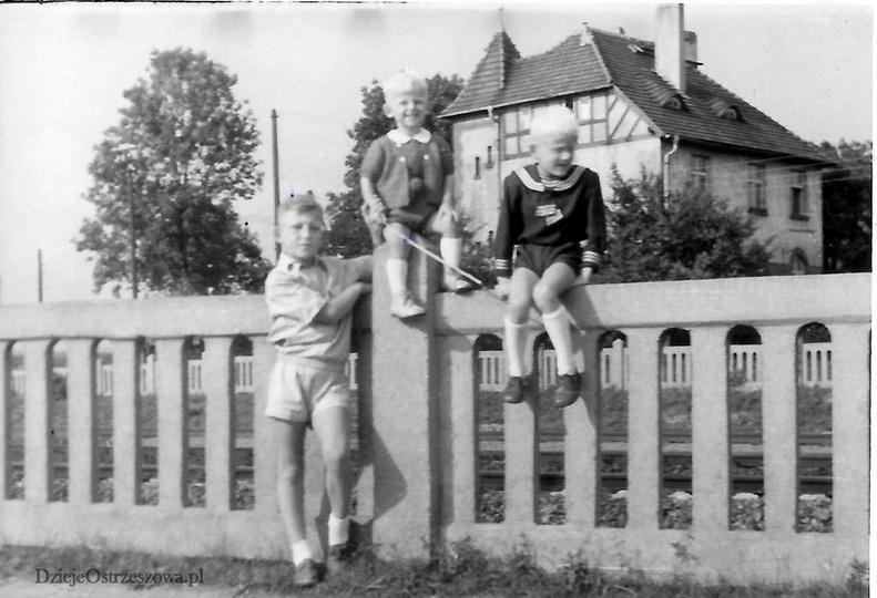 Ulica Młyńska, po lewej przejazd kolejowy przy ulicy Grabowskiej, lata 50-te. Pi..., stare zdjęcia -