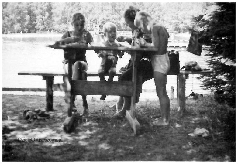 Basen w Ostrzeszowie, początek lat pięćdziesiątych. Kąpielisko jeszcze z drewnia..., stare zdjęcia -