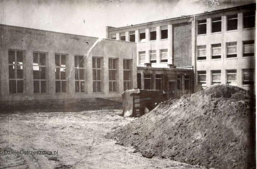 Szkoła Podstawowa nr 1. Rok 1964, budowa szkoły, roboty ziemne i wykończeniowe...., stare zdjęcia -
