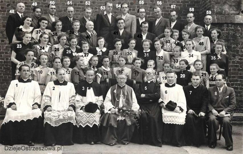"Rok ok. 1954, chór kościelny ""Moniuszko"", zdjęcie zrobiono na tle kościoła farne... -"