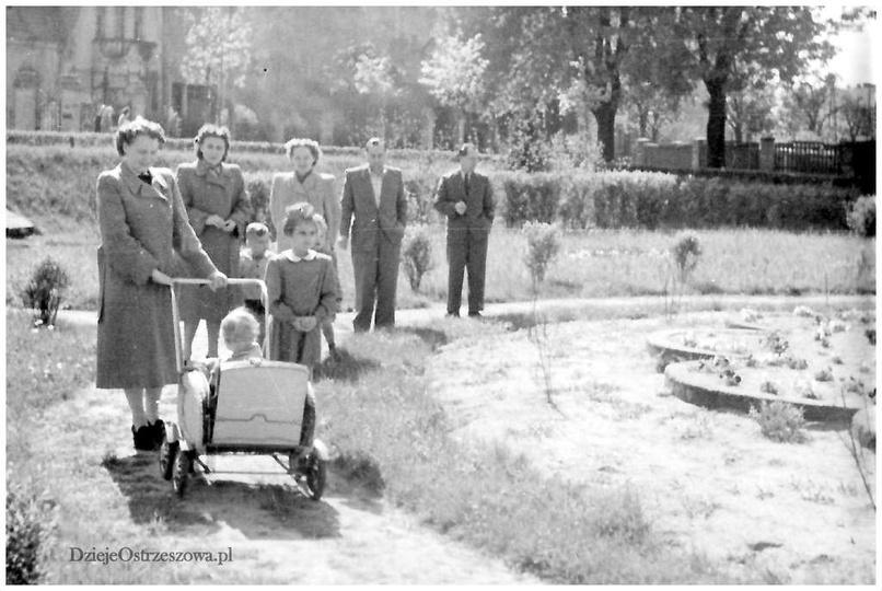 Maj 1954 rok, mini park przy ulicy Boh. Stalingradu (Zamkowej), jest to miejsce ..., stare zdjęcia -