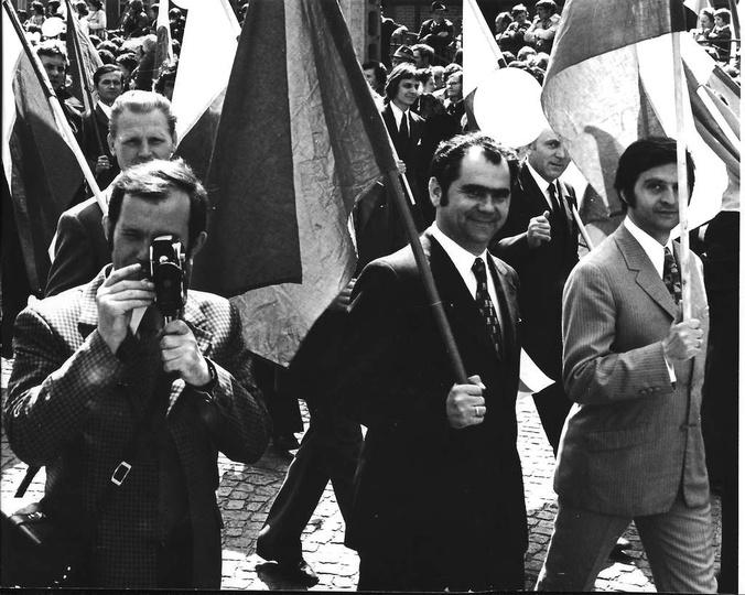 """Rok 1973, w pochodzie pierwszomajowym idą """"fumowcy"""", z lewej, z kamerą Bohdan Og..., stare zdjęcia -"""